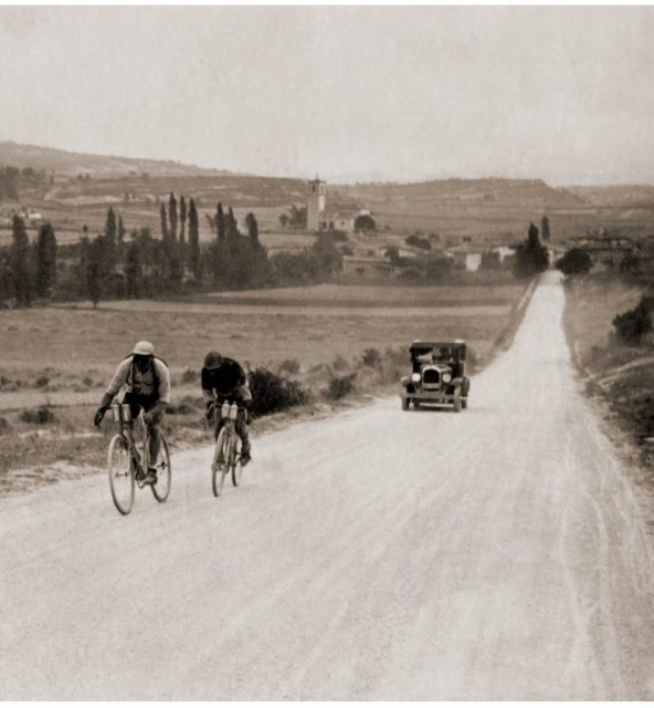 Le tour racing through countryside in Provence