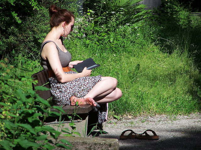 Woman reading an ebook on an ereader, photo by wolfg